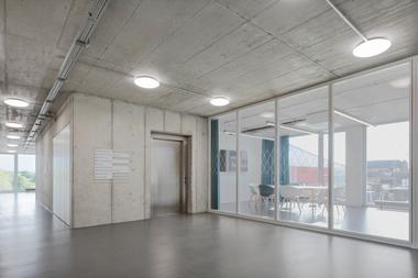 Die Betondecken eignen sich für den Einsatz von Bauteilaktivierung. Zur Beheizung und Kühlung werden geothermische Wärme und Kälte genutzt. Die Erschließung erfolgt über insgesamt 15 Erdwärmesonden mit Tiefen zwischen 90 und 130m unterhalb des Gebäudes