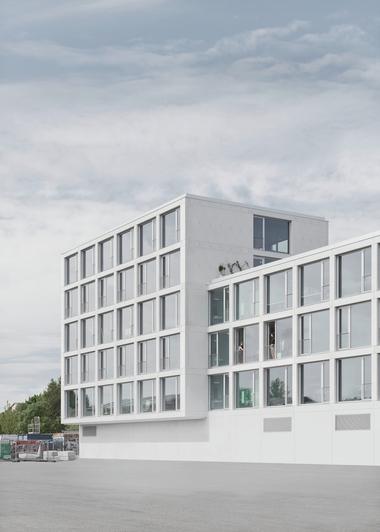 Die auf einem Raster basierende Gebäudestruktur des FUX ist an der Fassade ablesbar. Die Planer von bsp-plan haben die Anzahl der Betonfertigteile für die Fassade durch Optimierung um über die Hälfte reduzieren können. In einem mehrstufigen Bemusterungsprozess wurde die Farbe der Betonfertigteile festgelegt