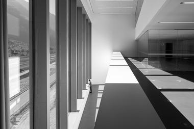 """Der hier noch leere Kontrollraum mit Blick auf das Gleisfeld ist der Kopf des """"Periskops"""". Der """"Aquarium"""" genannte Glaskasten unterhalb der 30m langen Passerelle ist für Besprechungen vorgesehen"""