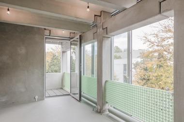 Durch die klare Trennung von Konstruktion und Fassade wirkt das Tragwerk aus Betonfertigteilelementen leichter