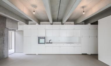 Jedes Geschoss ist durch den Einbau von Trockenbauelementen in zwei Wohnungen unterteilt. So kann jedes Geschoss ohne die Neuberechnungen eines Statikersnach den Wohnanforderungen umgebaut werden