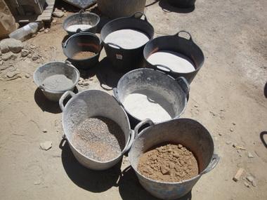 Die Mörtelmischung für den Beton besteht aus verschiedenen Bestandteilen: Kalkmörtel, Erden vom Grundstück und einem Zuschlag von Blähglas zur Isolierung