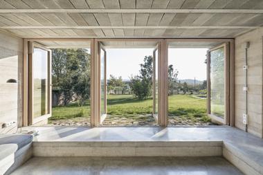 Durch die vielen einzelnen Betonierabschnitte fügen sich die Räume sehr gut in die Topografie des Grundstücks ein