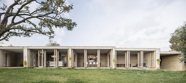 Zum Garten öffnet sich das lang gestreckte Ferienhaus mit großen Glasfronten