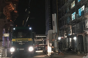 Aufgrund der engen Straße wurden die Fassadenplatten nachts montiert