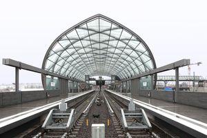 Der U-Bahnhof. Ende 2018 eröffnet, zielte die Glasröhre noch ins Nichts (rechts)