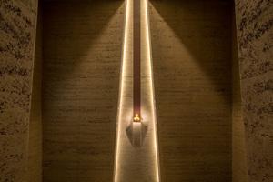 """Die einzig erhaltene <irspacing style=""""letter-spacing: 0.01em;"""">Goldbüste von LiciniusI. </irspacing>wird in einer als Vitrine ausgestalteten Wandnische gezeigt. In den Fugen angebrachte<br />Linearleuchten erzeugen den Eindruck eines<br />glühenden Lichtbands"""