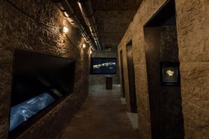 Die dunkel gehaltenen und gedämpft beleuchteten Räume im Ausstellungsauftakt (Raum Entstehung und Abbau), dem sogenannten Prolog, erinnern an Bergwerksstollen und verfügen über Wände aus schroff behauenem Naturstein