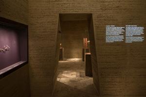 Inspiriert von den Ägyptern haben die Planer von merz merz das Erscheinungsbild der Räume den Grabkammern in Pyramiden nachempfunden. Die Schrift auf der Wand ist eine Projektion