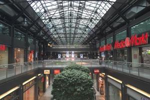 Vor der Erneuerung war die Mall von den Grautönen des Hallentragwerks gekennzeichnet. Tagsüber waren die Kontraste hinsichtlich Lichtfarbe und Beleuchtungsniveau zwischen den tageslicht- und kunstlichtbelichteten Zonen zu hoch