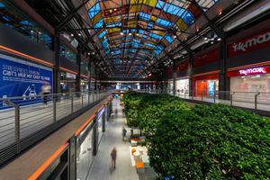 Die regulierte Kombination von Tages- und Kunstlicht steigert die Aufenthaltsqualität in den Hallen sichtbar