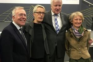 v.l.: Hans-Ullrich Kammeyer (Präsident der Bundesingenieurkammer) Anne Katrin Bohle (Baustaatssekretärin), Horst Seehofer (Bundesbauminister) und Petra Wesseler (BBR-Präsidentin)