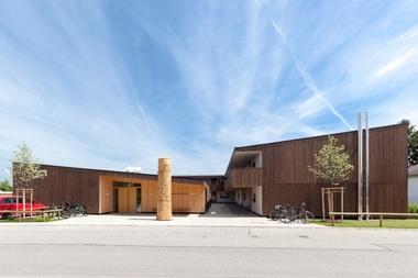 Zum Thema 'Kleine Wohnanlagen mit regionaler Charakteristik' ist es der Gemeinde Schechen gelungen, mit ihrem Projekt 'Seniorenwohnen Schechen' geförderten Wohnungsbau in Holzbauweise mit 16 Wohneinheiten und Gemeinschaftshaus zu errichten