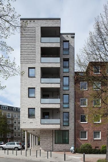 Mit 'Bauen in städtebaulich schwierigen Lagen' befasste sich die Wohnungsbaugenossenschaft Kaifu Nordland eG mit LRW Architekten und Stadtplaner PartG mbH, Hamburg. Mit dem Projekt 'Wohnen am Eimsbütteler Marktplatz' wurde in Hamburg vorbildliche Wohnarchitektur in einem heterogenen städtebaulichen Umfeld für die Zielgruppe 60+ geschaffen