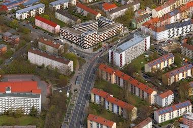 Der Preis in der Kategorie 'Neue Wohngebiete'ging an die wbg Nürnberg GmbH für das Projekt 'Neues Wohnen Sündersbühl'. Das Projekt, das mit der Planungsgemeinschaft NWS GdbR und ganzWerk, Nürnberg realisiert wurde, trägt auf überzeugende Art und Weise dem sozialen Anspruch an ein generationenübergreifendes, altersgemischtes neues Wohngebiet mit bezahlbarem Wohnraum Rechnung