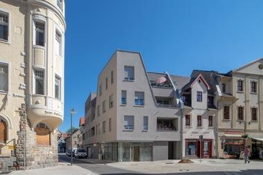 Dem Thema 'Stadtreparatur / Neue Stadtbausteine' widmete sich die Wohnungsbaugenossenschaft Weißenfels/Saale eG mit Dietzsch & Weber Architekten BDA. Mit dem Wohn- und Geschäftshaus Jüdenstraße sind trotz der besonderen Herausforderungen eines schwierigen Grundstückszuschnittes großzügige und dennoch bezahlbare Wohnungen entstanden