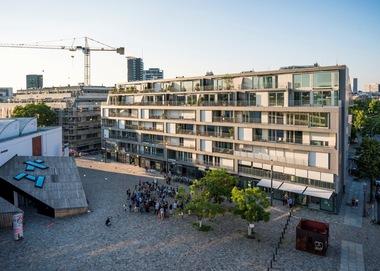Das 'Metropolenhaus am Jüdischen Museum', Berlin wurde preisgekrönt in der Kategorie 'Urbane Quartiersentwicklung'. Die gleichnamige GmbH & Co. KG hat hier in Zusammenarbeit mit bfstudio Partnerschaft von Architekten mbB, Berlin eine einzigartige Nutzungskonzeption aus Gewerbe- und Wohnbereichen umgesetzt