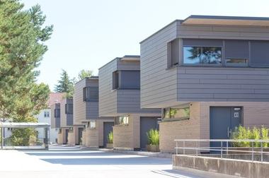 Das Thema 'Hybridgebäude und Nutzungsmischung' wurde von der WOBAK städtische Wohnungsbaugesellschaft mbH, Konstanz mit den unternehmenseigenen Architekten mit dem Projekt 'Wohnen statt Parken' hervorragend umgesetzt. Hier entstanden Reihenhäuser auf einem Parkdeck