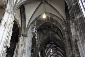 Einen wesentlichen Teil der Arbeit an der neuen Beleuchtung machte die Installation und exakte Ausrichtung der Leuchten und Strahler aus.Der Dom war dennoch wie gewohnt zu Messen und kirchlichen Feiern geöffnet