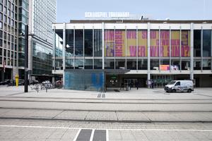 Städtische Bühnen mitten in der City, gerahmt von Bankgebäuden, sehr prominent in der ersten Reihe am Willy-Brandt-Platz