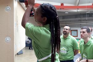 Beim Praxis-Workshop bekommen Studierende gezeigt, wie verschiedene Dämmstoffe aufzubringen sind und legen selbst Hand an