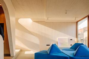 Ausgestattet ist das Apartmenthaus in Amsterdam mit dem JUNG Designklassiker LS 990 in Dark. Die klassische Form und minimalistische Ästhetik des Schalterklassikers setzt mit der Farbwahl in Dark ein ikonisches Statement