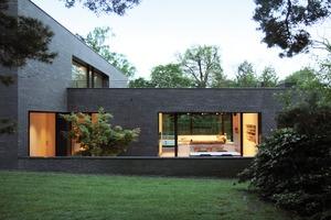 Eine Luft/Wasser-Wärmepumpe und eine Photovoltaikanlage ergänzen sich in diesem Wohnhaus optimal und decken den Eigenbedarf der Bewohner
