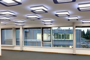 Das einfache Beleuchtungskonzept setzt sich in den Lernräumen und Fluren fort.Die Ringe unter den Leuchten wurden mit einer CNC-Fräse aus Multiplex geschnitten und farbig lackiert