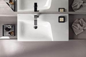 Der nach außen geometrisch klare Geberit Xeno² Waschtisch überrascht mit einem gerundeten Inneren.