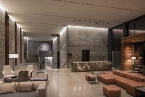 Tagesrestaurant und Rezeption: Streiflicht auf den unterschiedlich strukturierten Wänden sorgt für eine intime Atmosphäre. Vereinzelte Tecnica Pro-Strahler heben punktuell Einrichtungsgegenstände mit niedriger Lichtstärke hervor
