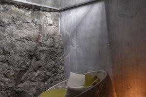 In diesem Teil des Spas, 3 m unterhalb des Lavafelds, wurde eine natürliche Lavaformation als Innenwand integriert