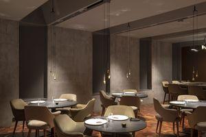 Für die Einrichtung des Restaurant Moss ließen Basalt Architects isländisches Möbeldesign des 20. Jahrhunderts wiederauflegen. Die Lichtplaner von Liska beleuchteten den Raum intim – Boden- und Tischflächen sind betont