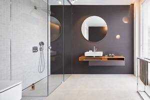 Raumhoch geflieste Wände in den Bädern sorgen für eine ruhige Atmosphäre. Die bodenebenen Duschen wurden mit der Duschrinne CeraWall Select aus massivem Edelstahl ausgestattet, da sie sich perfekt in die geradlinige Gestaltung einfügt und sich den unterschiedlich großen Duschbereichen der Wohnungen einfach anpassen lässt