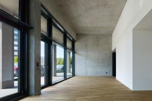 Die Atelierwohnungen mit Wohnen und Arbeiten bilden im Erdgeschoss einen Sonderfall: 4m hohe Räume mit Oberflächen aus Sichtbeton entsprechen nicht dem Klischee klassischer Investorenarchitektur