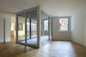 Die Loggia ist auch ein Raumteiler, sie lässt ausreichend Tageslicht in den tiefen Grundriss fallen