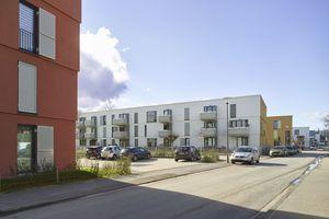 Die Riegel enden an der Gerhard-Bruders-Straße. Die Gartenfassaden sind generell weiß und haben Loggien bzw. Balkone