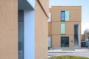 Die Köpfe der Riegelbauten verspringen in der Straßenflucht und bieten ganz eigene Erschließungen mit eigenen Wohngrundrissen