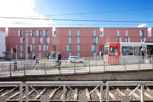 Der östliche Abschlussriegel wurde mit Ziegelmauerwerk erstellt wegen des erhöhten Schallschutzbedarfs zur<br />Rochusstraße mit<br />Straßenbahn