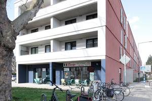 Der Riegel zur Rochusstraße ist in zwei Teile geteilt. Das nach Süden weisende Ende des nördlichen Abschnitts hat im Erdgeschoss ein Café mit kleiner Terrasse in den Straßenraum