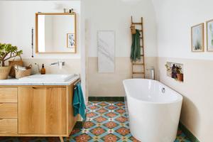 Im Bad fügen sich die gerundete Form der Badewanne aus Stahl-Email, der Waschtisch Centro und die bodenebene Dusche Scona harmonisch in die restaurierten Räume ein. Der platzsparende Wandwaschtisch Cono passt in das reduzierte Raumangebot des Gäste-WCs