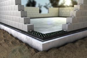 Zur Vermeidung von Wärmebrücken trägt zum Beispiel die Anordnung eines Wärmedämmsteins oder eines Dämmelements am Mauerfuß bei