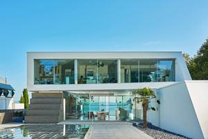 Bei der Wahl der Verglasung entschied sich die Architektin Mona Bayr zusammen mit den Bauherren für das Schiebefenster cero von Solarlux, das besonders große Glasflächen bei schlanken Profilansichten von 34mm möglich macht