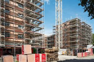 10 Zwei siebengeschossige Türme und vier- bis fünfgeschossige Baukörper bilden bei dem Wohnbauprojekt Uferhöfe in Berlin einen dreiseitig gefassten Innenhof. Die Anlage wurde im KfW 70-Standard ausgeführt (Arge BOR mit Arnold und Gladisch Architekten, Berlin)
