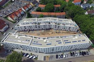 07 Das Wohnquartier Liebighöfe in Aschaffenburg hat eine Vorbildfunktion für den geförderten Wohnraum in Bayern. Die Gebäude sind monolithisch aus dämmstoffverfüllten Poroton-Ziegeln errichtet (Bruno Fioretti Marquez, Berlin)
