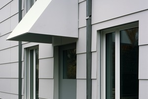 Markante Hauben aus Metall markieren die Hauseingänge, ein Verweis auf die Berliner IBA- Bauten von John Hejduk
