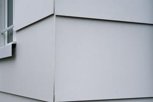 """Die Ecken wurden offen ausgeführt. Diese eher unübliche, dennoch <irspacing style=""""letter-spacing: -0.01em;"""">erlaubte Konstruktion führte dazu, dass die farb</irspacing>ungleichen Rückseiten der Fassadenplatten farblich noch angepasst werden mussten"""