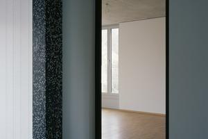 """<irspacing style=""""letter-spacing: -0.01em;"""">Der hölzerne """"Schatten"""" an der Terrazzo-</irspacing><br />stütze markiert den Übergang von der Küchendiele zum Wohnraum. Die Küchendiele, an Bauernhaus-Typologien angelehnt, erlaubt<br />kompakte Grundrisse"""