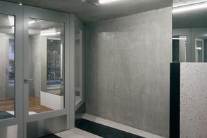 """Verspiegelte Leitungsschächte, schräge Wechsel von Bodenbelägen und eine """"Klaviertreppe"""" aus weißem und schwarzem Kunststein überraschen im Eingangsbereich und Treppenhaus den Eintretenden – auch hier Zitate aus der Postmoderne"""