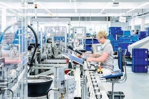 Arbeiten in getrennten Schichten und strenge Verhaltensregeln in der Produktion.
