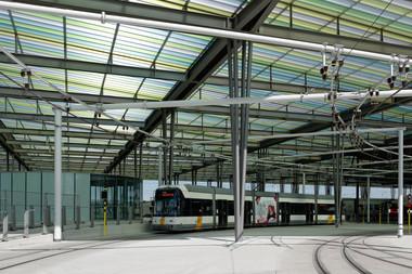 Die Straßenbahnhaltestellen sind ebenfalls unter dem Dachtragwerk vereint. Dafür wurden die Haltestellen verlegt